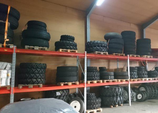 Reifenlager Traktoren im Shop der Roma Handels & Kfz-Service GmbH